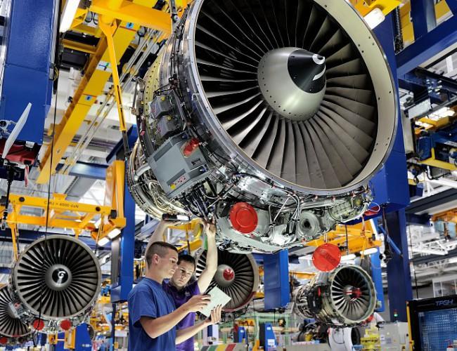 « Montage d'un FADEC sur un moteur CFM56-5 » Copyright – Daniel Linares / Sagem / Safran.